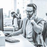 Bellen met een headset in kantooromgeving - Nederlandse Sales Academie